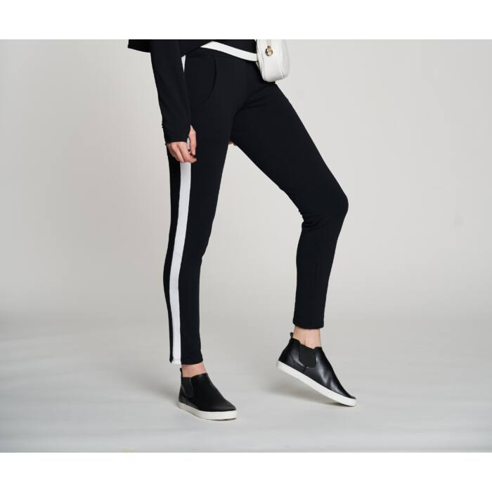 Fekete nadrág fehér csíkkal
